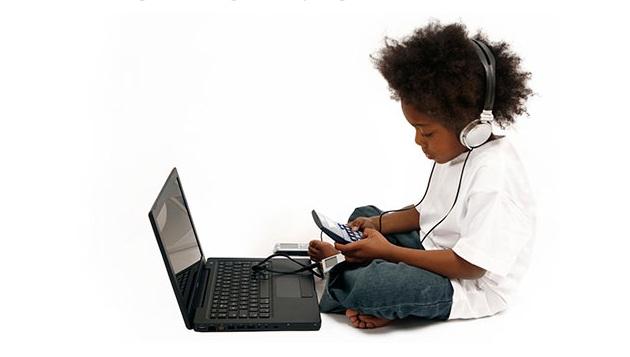 Kids-multitasking-multiple-devices